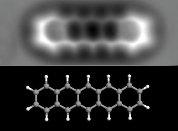 Estructura interna de una molécula de pentaceno, de 1,4 nanómetros de longitud. Abajo, modelo de la misma (los átomos grises son de carbono y los blancos de hidrógeno). Fuente: El País.