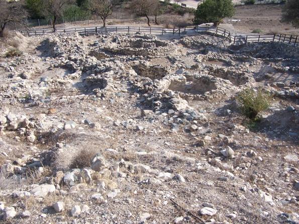 Khirokitia. Vista de las viviendas excavadas en el extremo sur del yacimiento. Photo by el rano verde. Freeware.