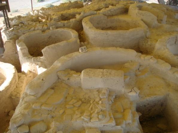 Viviendas excavadas en Kalavasos-Tenta (fase Khirokitia). Photo by el rano verde, freeware.