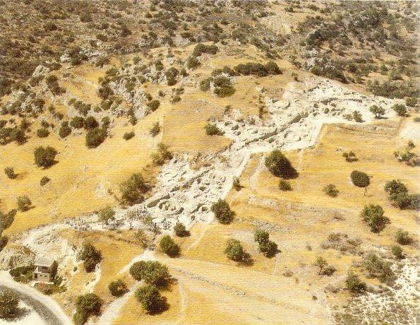 """Khirokitia. Vista aérea de la zona excavada actualmente. Photo by """"Mission française d´Amathonte""""."""