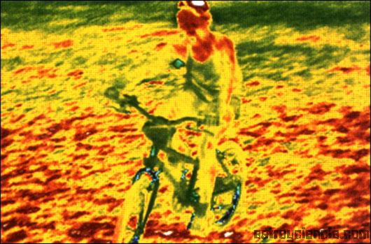 Imagen en infrarrojos de un niño en bicicleta (tomada de Astroyciencia.com)