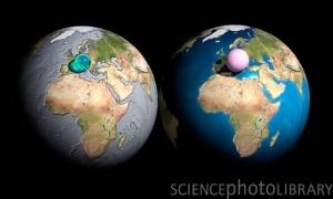 Comparación del volumen del agua (izquierda) y atmósfera (derecha) del planeta, en comparación con la propia Tierra.