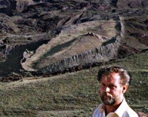 Ron Wyatt junto a los supuestos restos del arca