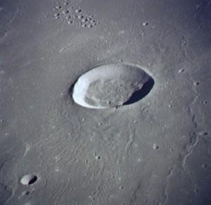 El que no crea que esta estructura tan perfecta es imposible sin un diseñador es que está ciego (Cráter Gruithuisen (imagen tomada por la misión Apolo 15). Crédito: NASA