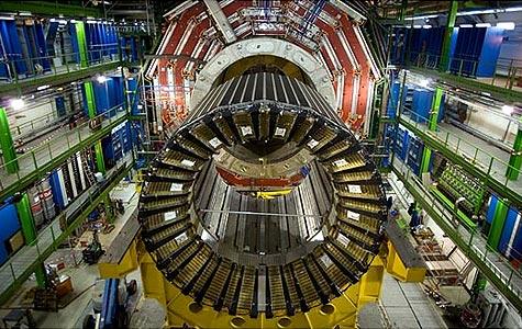 Parte del cacharro llamado LHC, durante su montaje.
