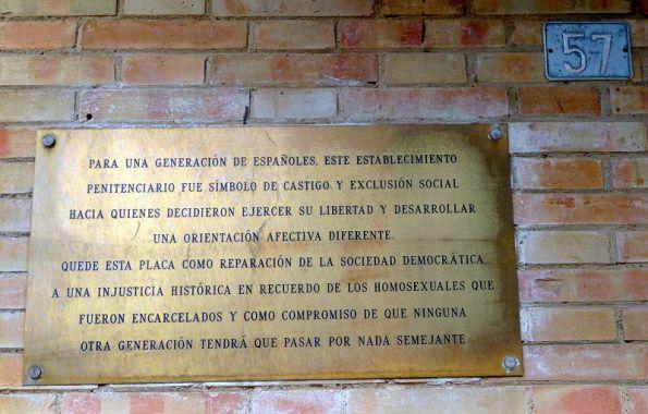 Placa homenaje a los homosexuales encerrados durante el franquismo en la antigua cárcel provincial de Huelva.