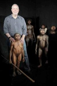 El antropólogo William Jungers con una representación artística del Homo floresiensis.