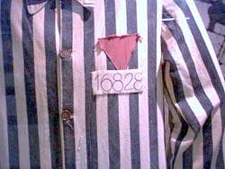 Triángulo rosa que marcaba a los homosexuales en los campos de concentración nazis