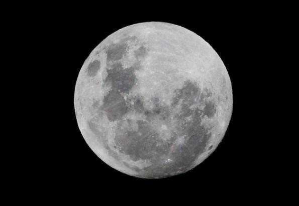 """Imagen del fenómeno conocido como """"súperluna"""" visto desde Johannesburgo, Sudáfrica, hoy, sábado 5 de mayo de 2012. La luna llena o """"súperluna"""" ofrece una imagen agigantada del satélite, en el punto de su órbita más cercano a la Tierra en este año. EFE/Kim Ludbrook"""