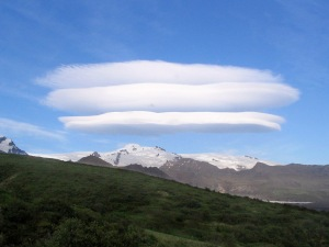 Lenticularis_cloud_above_gletscher_Skaftafell_Iceland_26jun05