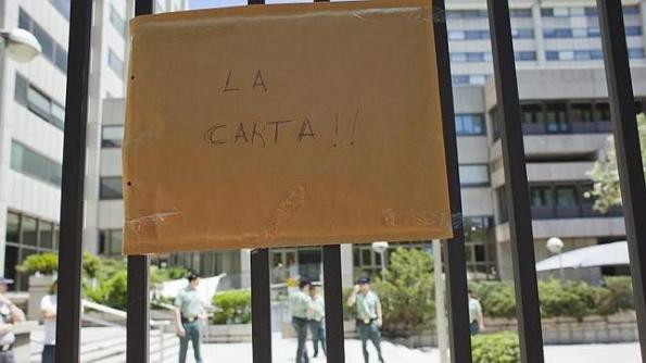 Imagen del desprecio: la carta pegada  en la valla porque nadie relacionado con Investigación quiso recogerla. Fuente: ABC
