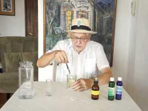 Jim Humble, inventor del MMS, jugando a los químicos