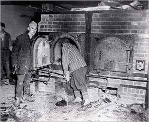 Antiguos prisioneros en el crematorio de Mauthausen tras la liberación del campo