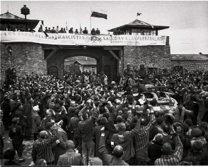 Llegada de las tropas estadounidenses a Mauthausen. Se puede apreciar la pancarta realizada por los prisioneros republicanos españoles.
