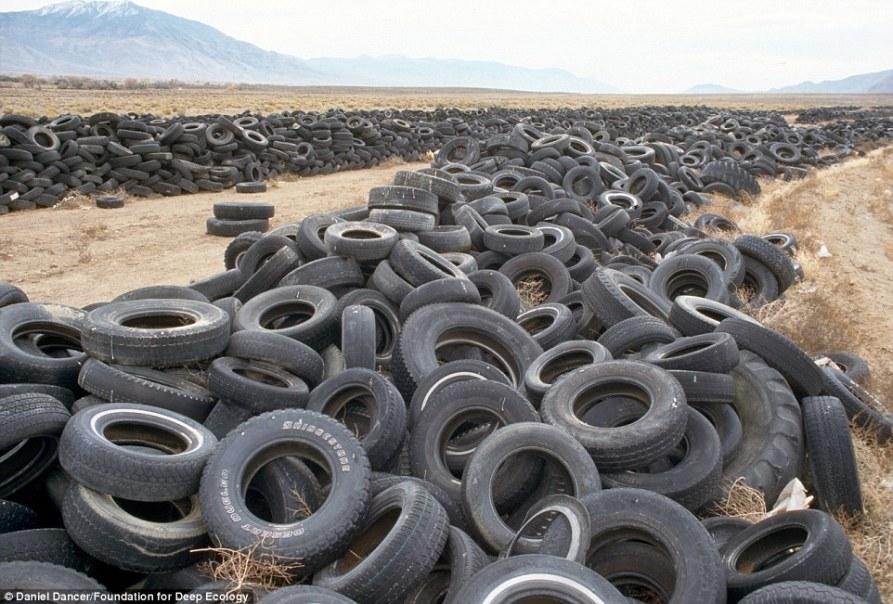 4 vertedero de neumáticos en el desierto de Nevada