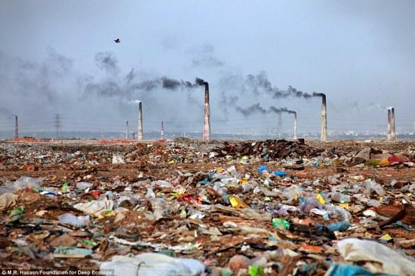 9 hornos de ladrillo se yerguen sobre un basurero en Bangladesh