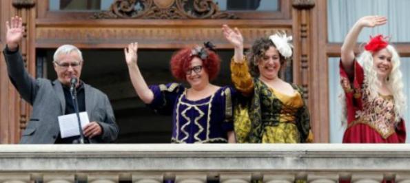 """El alcalde de Valencia, Joan Ribó, saluda desde el balcón municipal junto a las tres """"Magas de gener"""" (Libertad, Igualdad y Fraternidad)"""